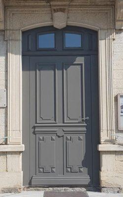 Porte d'entrée mairie trept 38