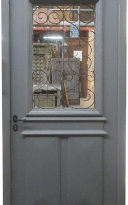 Porte d'entrée vitrée avec grillage