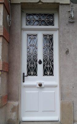 porte d'entree bois vitre avec grille de protection